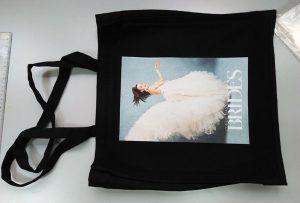 યુકેના ગ્રાહકના બ્લેક નમૂનાના બેગને ડીટીજી ટેક્સટાઇલ પ્રિન્ટર દ્વારા છાપવામાં આવ્યું હતું